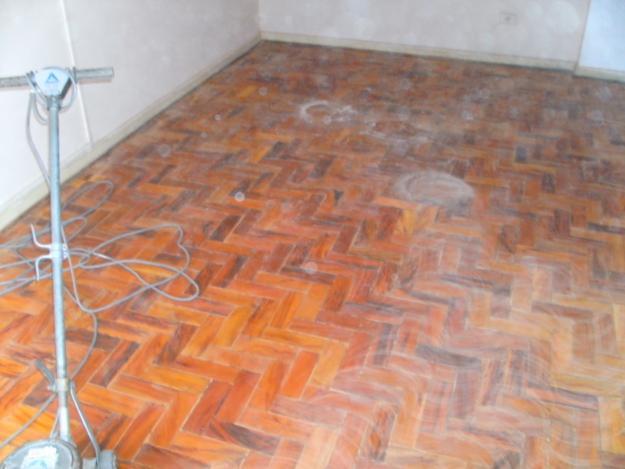 como-limpar-piso-de-taco-de-madeira-11