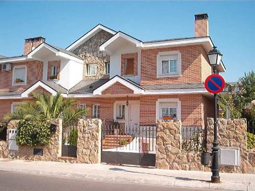 Muro de casas de esquina for Modelos de casas fachadas fotos