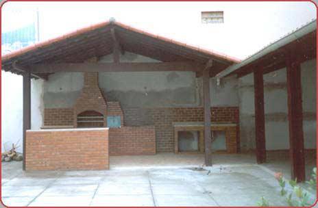 Telhado colonial para area de churrasqueira